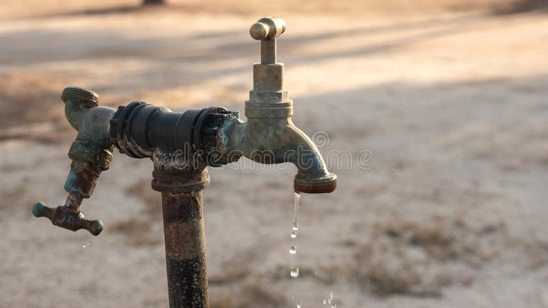 Stary faucet outside, obcieknięcie wodne kropelki zdjęcia royalty free