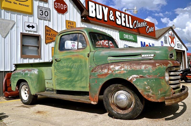 Stary Ford pickup przy sprzedażą zdjęcia royalty free