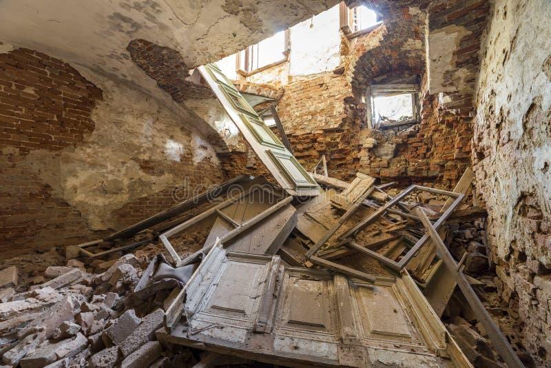 Stary forsaken pusty suterenowy pokój antyczny budynek lub pałac z krakingowymi gipsować ścianami z cegieł, niski sufit, mali okn obraz stock