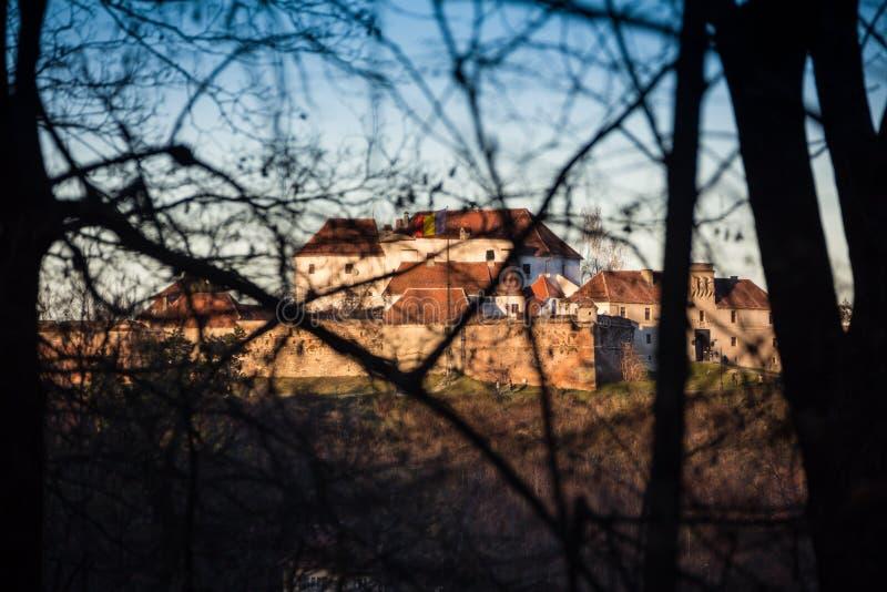 Stary fort w mieście Brasov przez jesień lasu obrazy royalty free