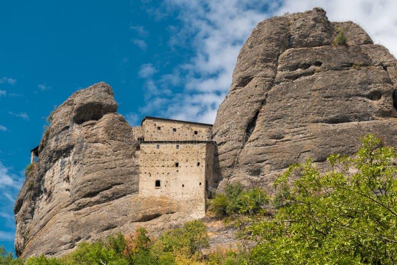 Stary forteca dzwoniący Castello della Pietra budujący w XII wieku i lokalizować blisko Vobbia genuy prowinci zdjęcia stock