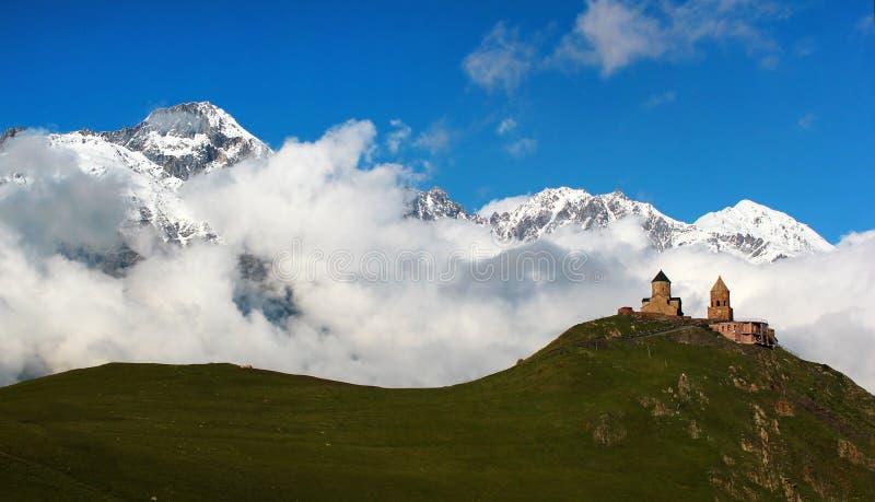 Stary Gergeti kościół chrześcijański blisko Kazbegi, Stepantsminda wioska zdjęcia stock