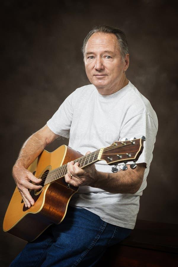 Stary gitara gracza studia portret obrazy royalty free