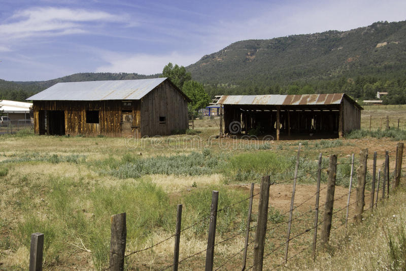 Stary gospodarstwo rolne dom, jata w Arizona kraju i fotografia stock