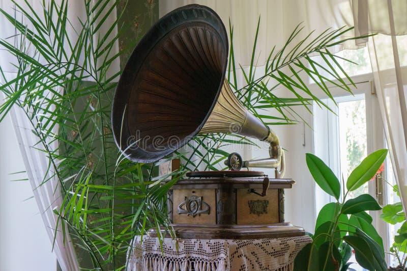 Stary gramofon z półkowym lub winylowym dyskiem na drewnianym pudełku z rogu mówcą obraz royalty free