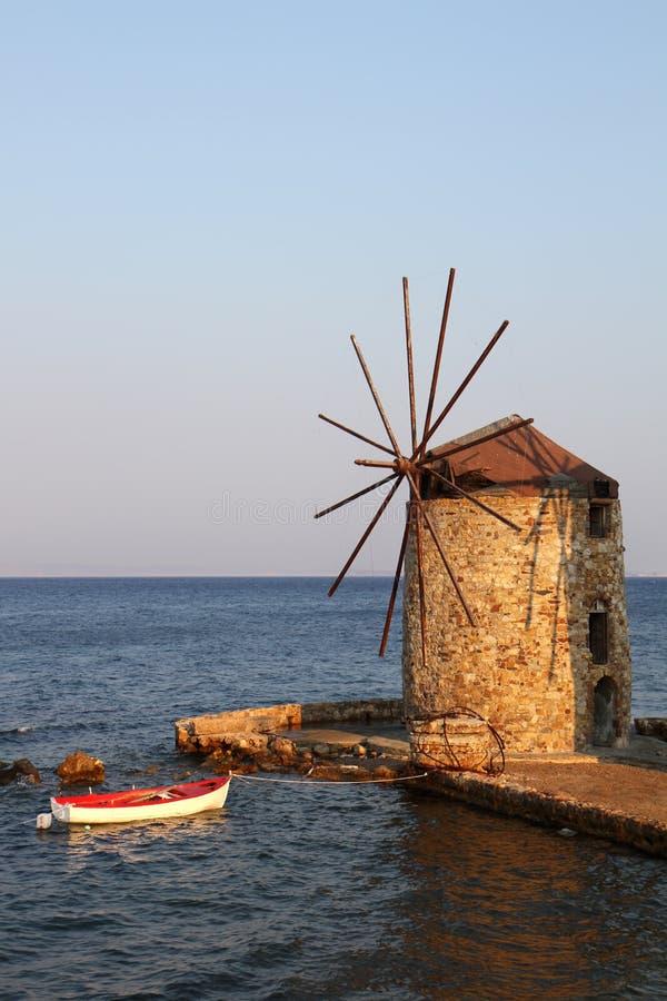 Stary Grecki wiatraczek i Drewniana łódź zdjęcia royalty free