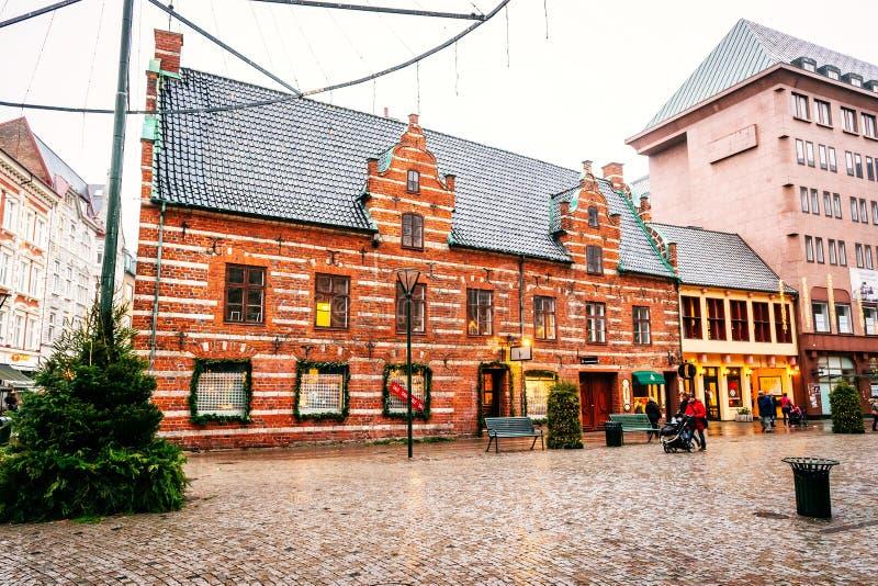 Stary grodzki centrum z starym stwarza ognisko domowe i budynki w Bożenarodzeniowym sezonie w Malmö w Szwecja obrazy royalty free