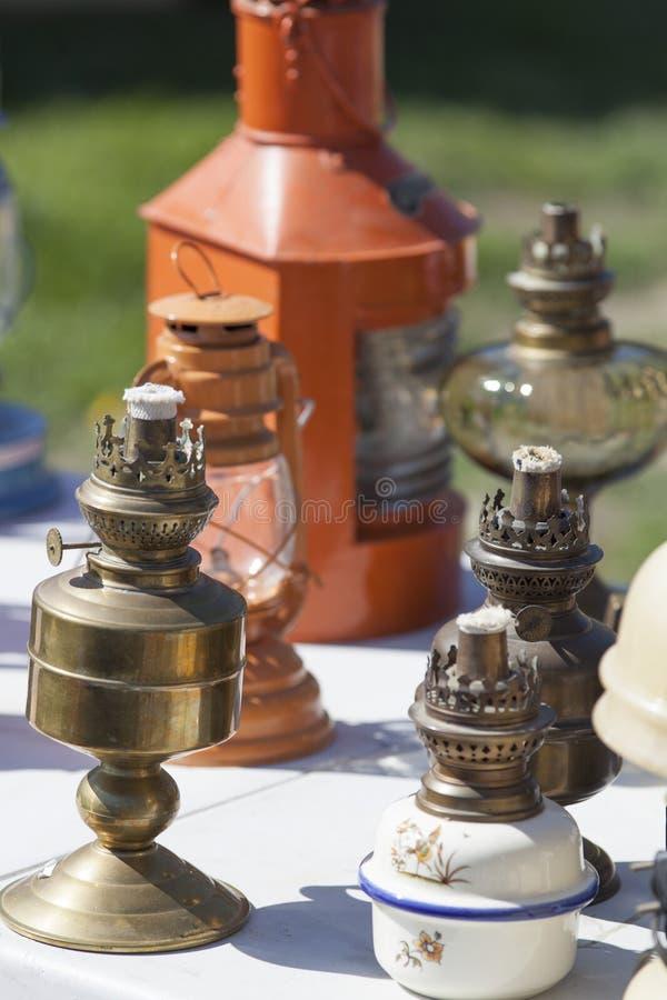 Stary groszak i mosiężne nafciane lampy przy pchli targ zdjęcia royalty free