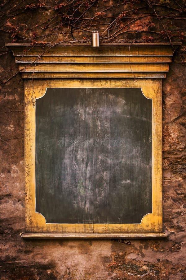 Stary grunchy signboard na ścianie zdjęcie stock