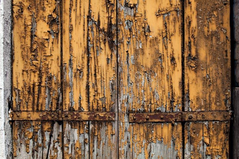 Stary grunge będąca ubranym drewniana deska z krakingową i obraną brown żółtą farbą obraz stock