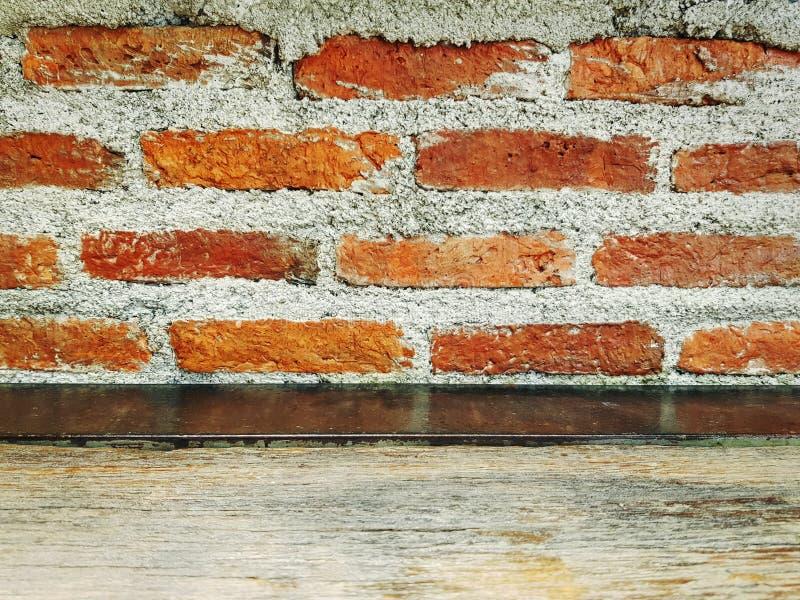 Stary Grungy Słoisty Drewniany Stołowy wierzchołek Przeciw Nagiej ścianie z cegieł zdjęcia stock
