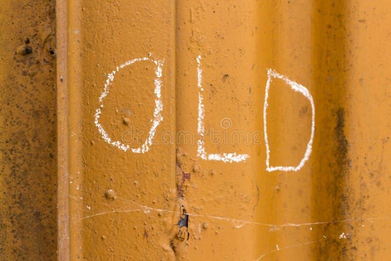 Stary handwriting z kredą na pomarańczowym metalu tle obraz royalty free