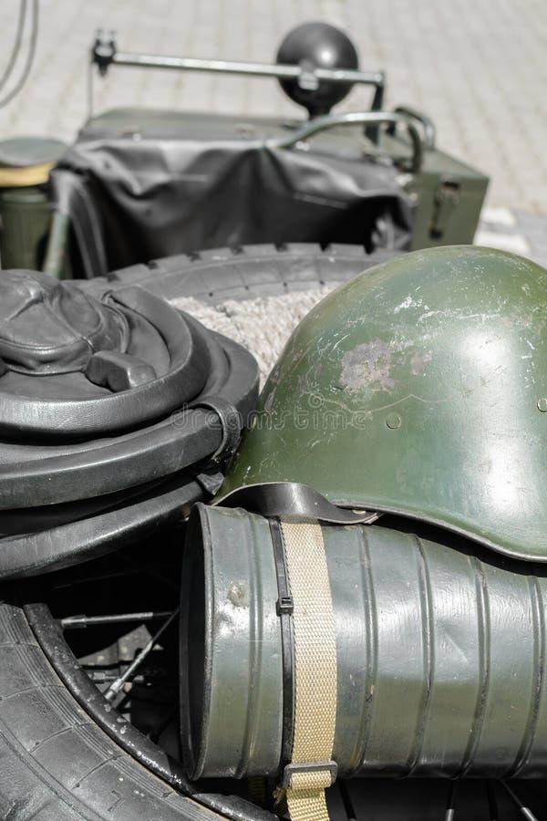 stary hełma wojskowy Szczegół z starym militarnym hełmem umieszczającym obrazy royalty free