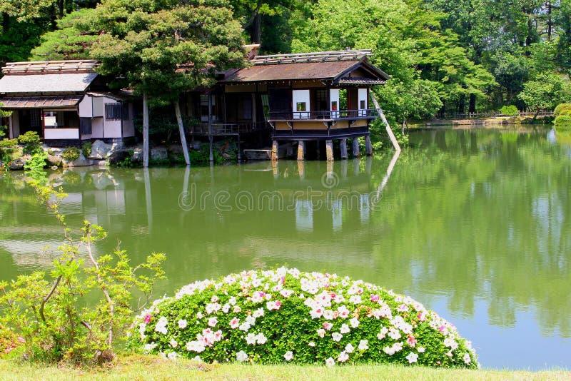 Stary herbacianego domu jezioro kwitnie Kenrokuan ogródy, Kanazawa, Japonia obrazy royalty free