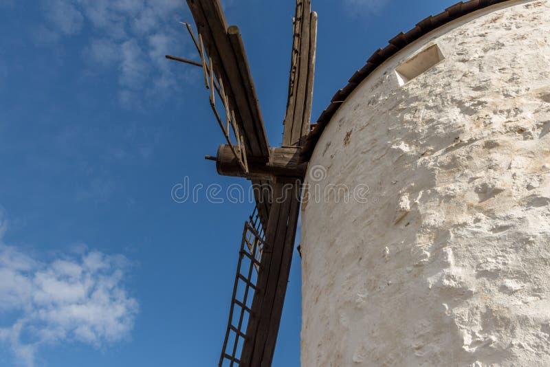 Stary hiszpański biały wiatrowy młyn w Los Yebenes, Hiszpania obrazy stock