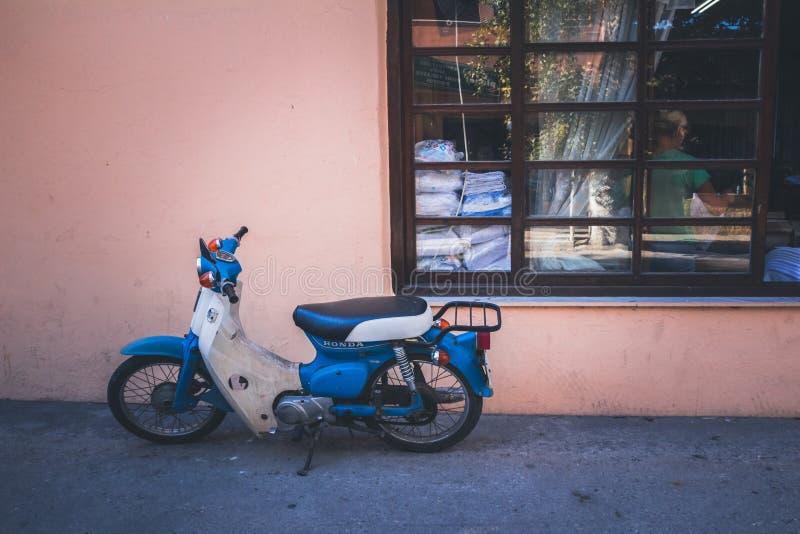 Stary Honda motocykl na ulicie obrazy stock