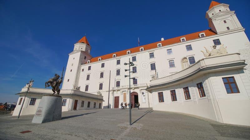 Stary Hrad - castillo antiguo en Bratislava Bratislava está ocupando ambos bancos del río Danubio y del río Morava fotos de archivo