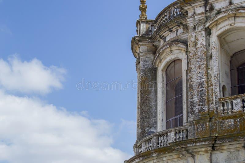 Stary i rocznik okno w Portugalskim mieście od kościół zdjęcia royalty free