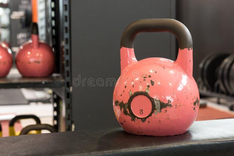 Stary i używać duży różowy kettlebell na ławce w gym Gym i sprawności fizycznej wyposażenie fotografia stock