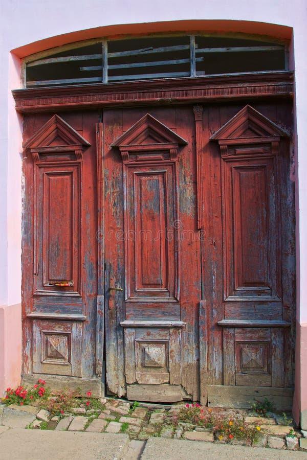 Stary i wyblakły czerwony drzwi w Slavonia, Chorwacja fotografia stock