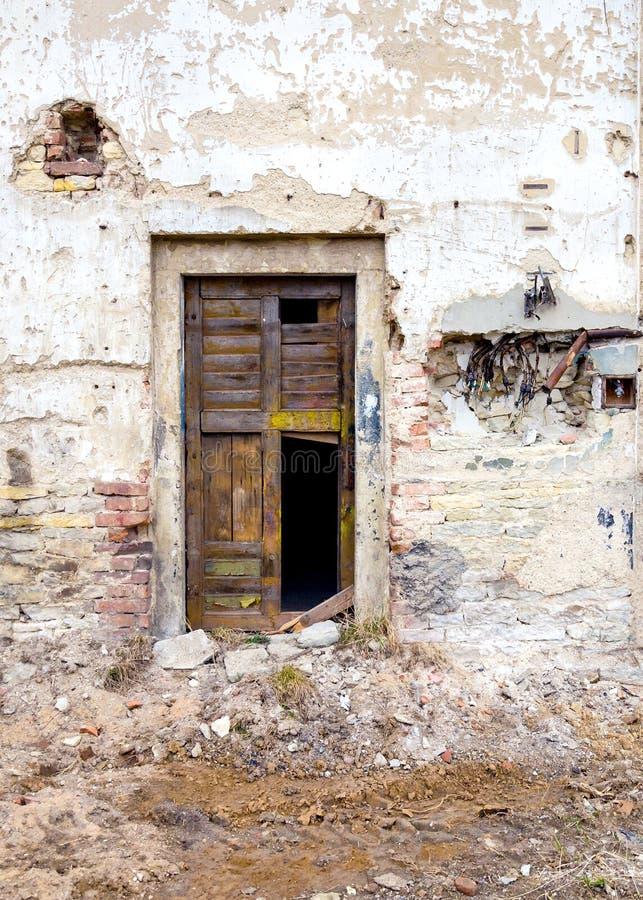 Stary i zniszczony drzwi uszkadzający budynek obraz stock