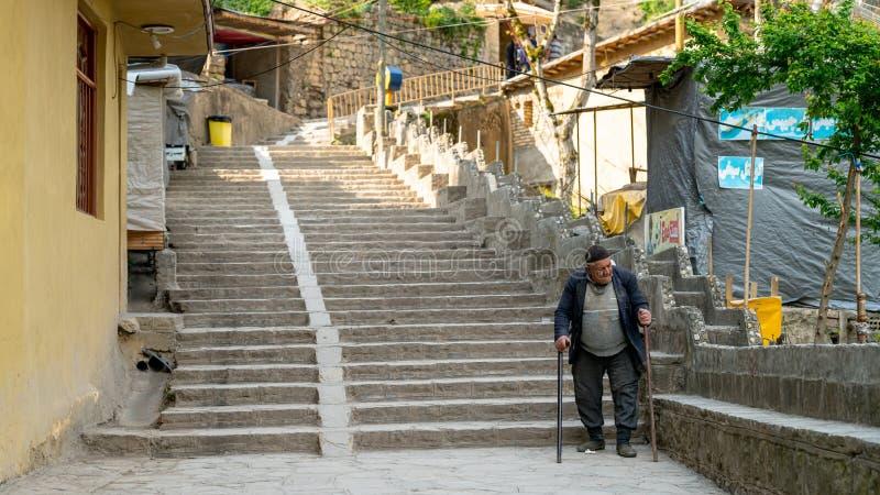 Stary Irańczyk chodzący po drogach tradycyjnej wioski Masuleh, Iran zdjęcia stock