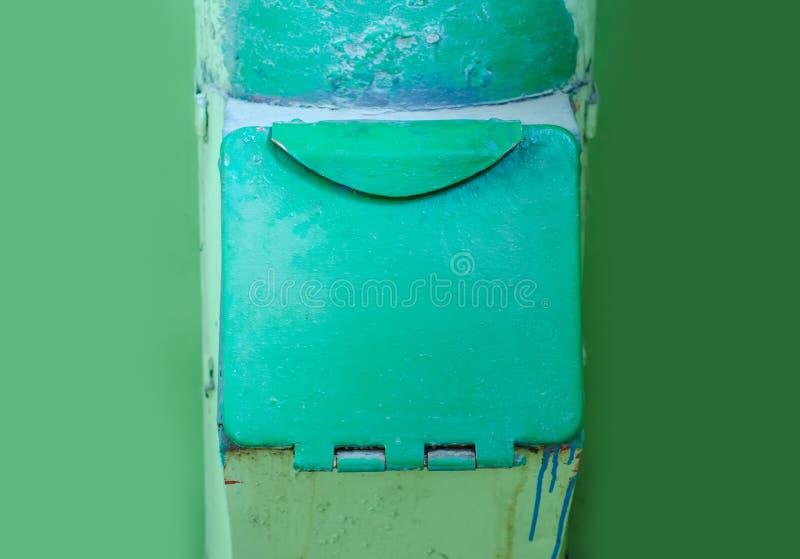 Stary jałowy zsypowy śmieci w wieżowu fotografia stock