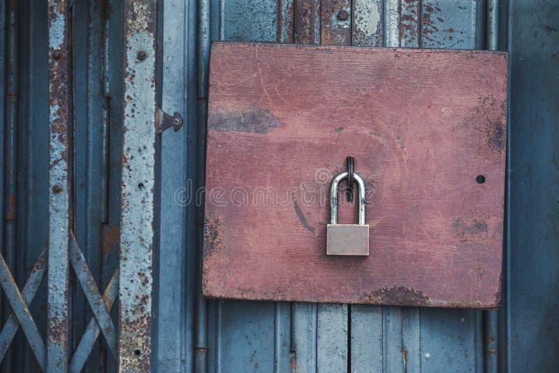 Stary kędziorek i Ośniedziała kłódka na starym stalowym drzwi z rocznika sty zdjęcie stock