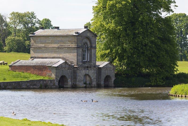Stary kamień budował boathouse w Derbyshire, UK zdjęcia stock