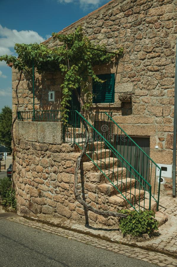 Stary kamienia dom z schody prowadzi ganeczek przy Monsanto zdjęcia royalty free