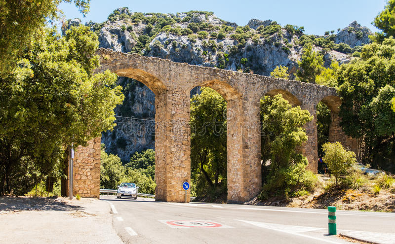 Stary kamienia most nad autostrada w Mallorca obraz stock