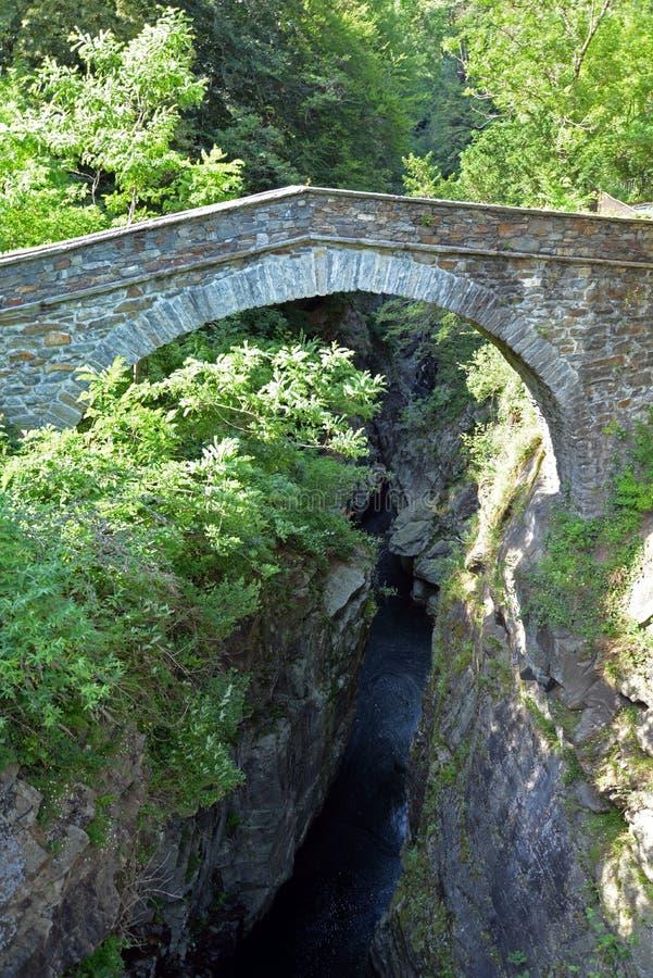 Stary kamienia most nad stromym jarem fotografia royalty free