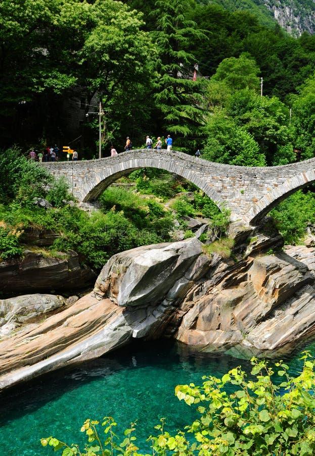 Stary kamienia most nad verzasca dolinną rzeką w Ticino zdjęcie stock