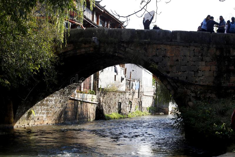 Stary kamienia most w wiosce ja w obrze?ach Lijiang, Yunnan, Chiny zdjęcie royalty free