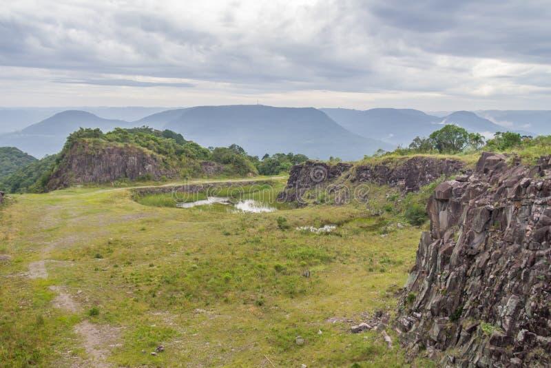 Stary Kamienny łup w Morro robi gauczo góry krajobrazowi zdjęcia stock