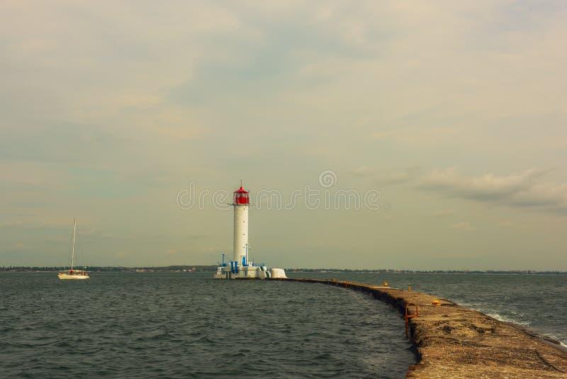 Stary kamienny molo prowadzi latarnia morska i łódkowaty żeglowanie i odie Ukraina Vorontsov latarnia morska obrazy royalty free