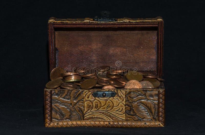 Stary kaseton z monetami na czarnym tle zdjęcia royalty free