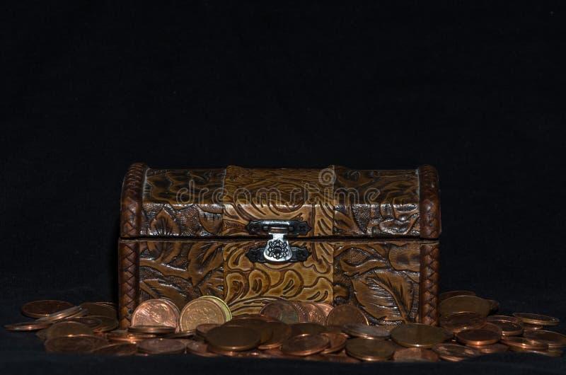 Stary kaseton z monetami na czarnym tle zdjęcie royalty free