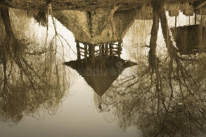Stary kasztel odbijający w wodzie zdjęcia stock