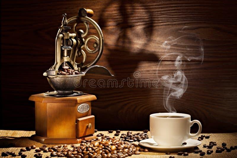 Stary kawowy młyn i filiżanka na drewnianym tle zdjęcie stock