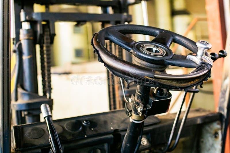 Stary kierownicy Forklift odtransportowanie fotografia royalty free