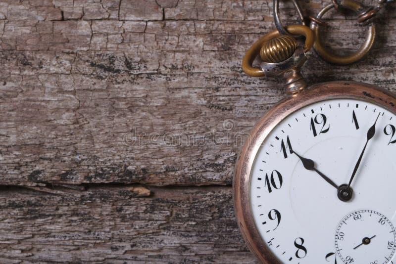 Stary kieszeniowy zegarek na łańcuchu na starym drewnianym stole obraz stock