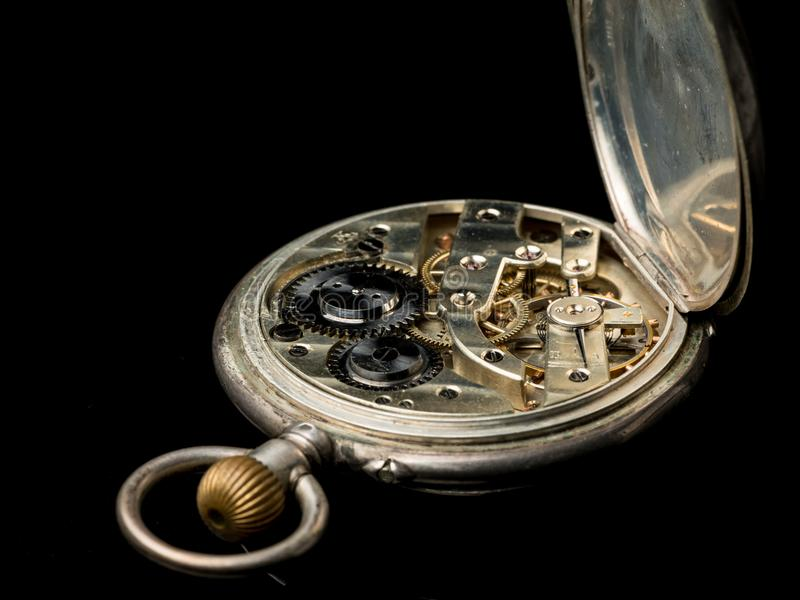 Stary kieszeniowy zegarek na czarnej odbijającej powierzchni zdjęcia royalty free