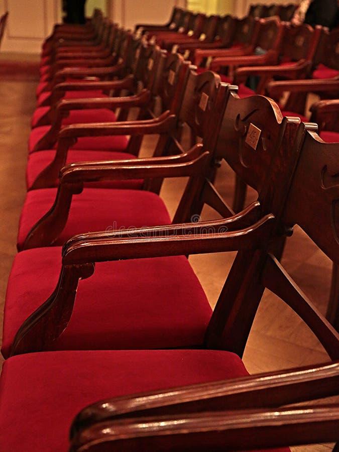 Stary kino Pusty z czerwonymi drewnianymi krzesłami zdjęcie royalty free