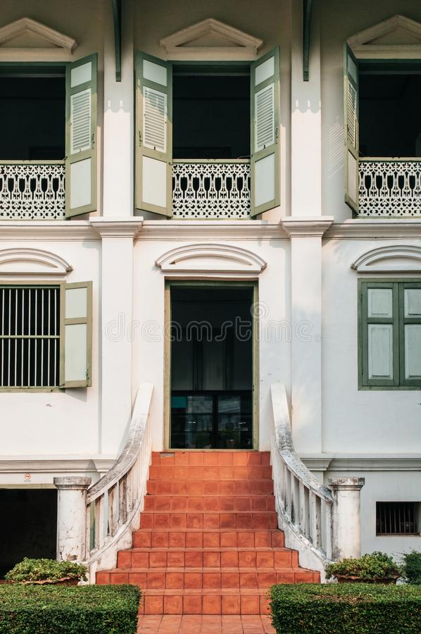 Stary klasyczny kolonisty domu wejście - Khum Chao Luang Muang Phra zdjęcie stock