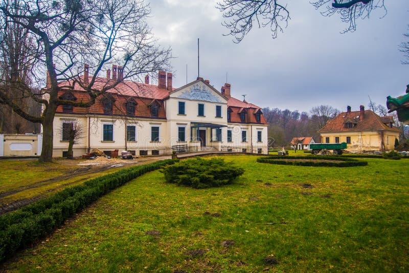 Stary klasyczny rezydencja ziemska dom w Kadyny fotografia stock