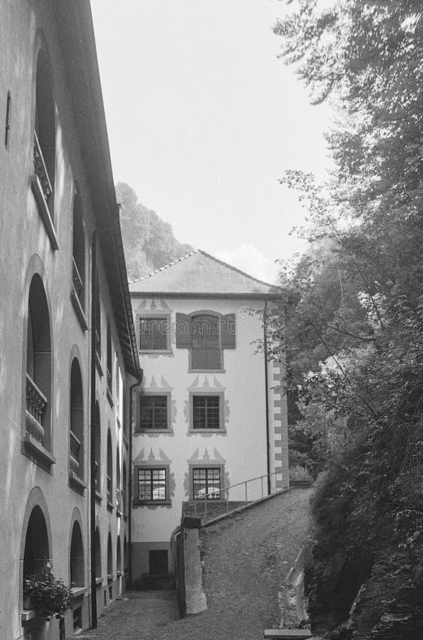 Stary klasztor Benedectine i uzdrowiciel Złych Pfaeferów w Szwajcarii kręcił analogową fotografią zdjęcia royalty free