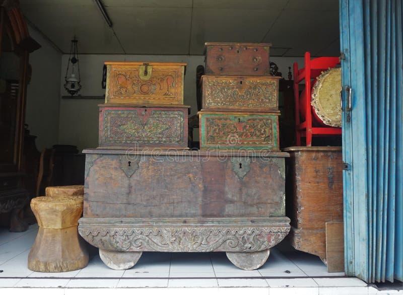 Stary klatka piersiowa kaseton robić drewno rzeźbił drewno w Bali Indonezja obraz stock