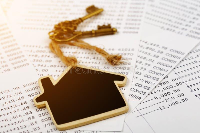Stary klucz z domu modela pojęciem nieruchomość i transakcja obrazy royalty free