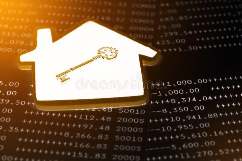 Stary klucz z domu modela pojęciem nieruchomość i transakcja zdjęcie royalty free
